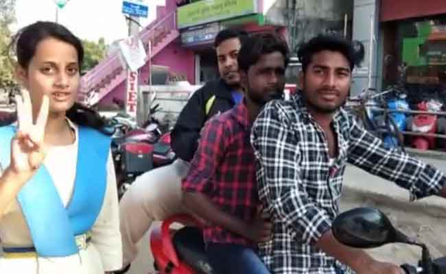student spreading awareness on road safty