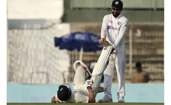 Kohli holding Root's leg to sooth harmstring pain