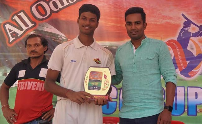 Saswat Rout given Man of the match award by Biplab Samantray